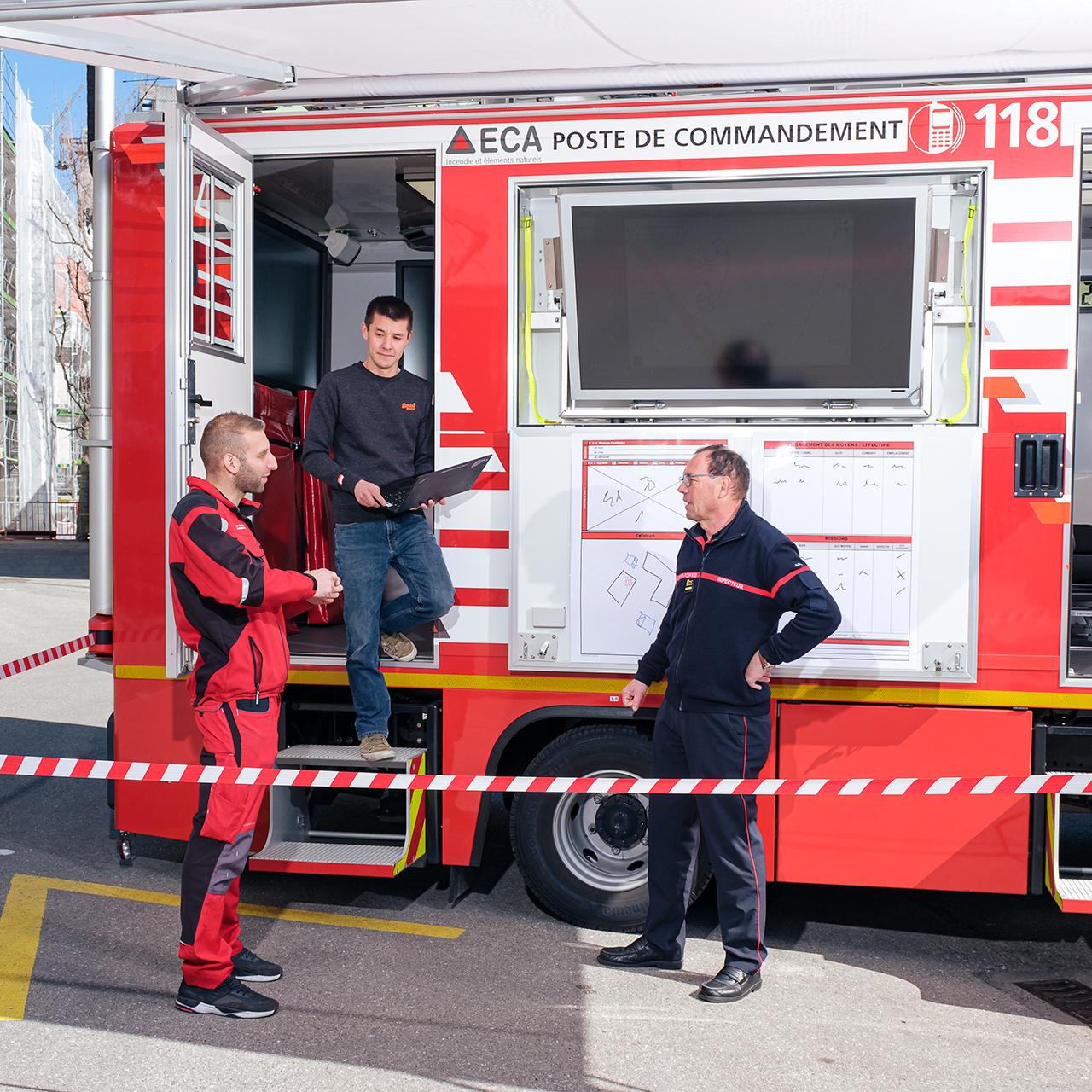 Le premier véhicule de commandement a pu être livré en avril à la caserne de Lausanne. Il est équipé d'une technologie de pointe pour tous les systèmes de communication (radio, téléphonie, internet, wifi et partage de données).